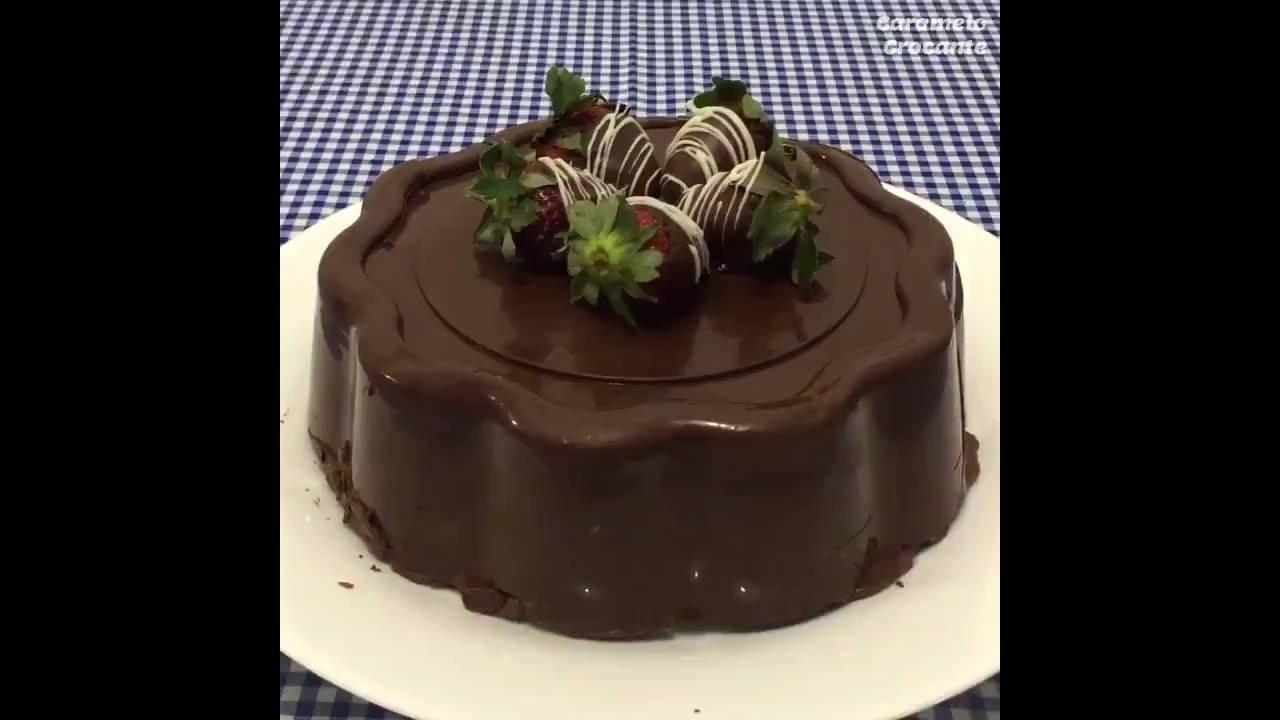 Bolo de Bombom com recheio de creme de chocolate com morangos