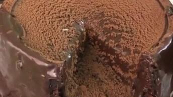 Bolo De Chocolate Com Chocolate Em Pó Por Cima, Irresistível!