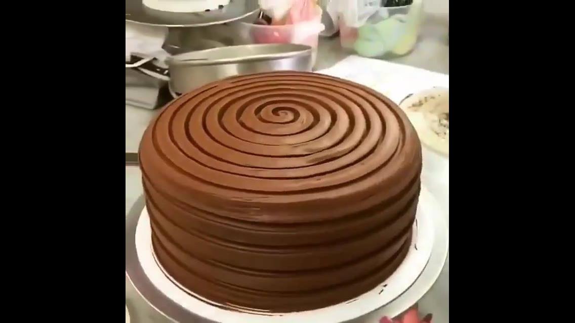 Bolo de chocolate com decoração em espiral, uma ideia fácil de fazer!