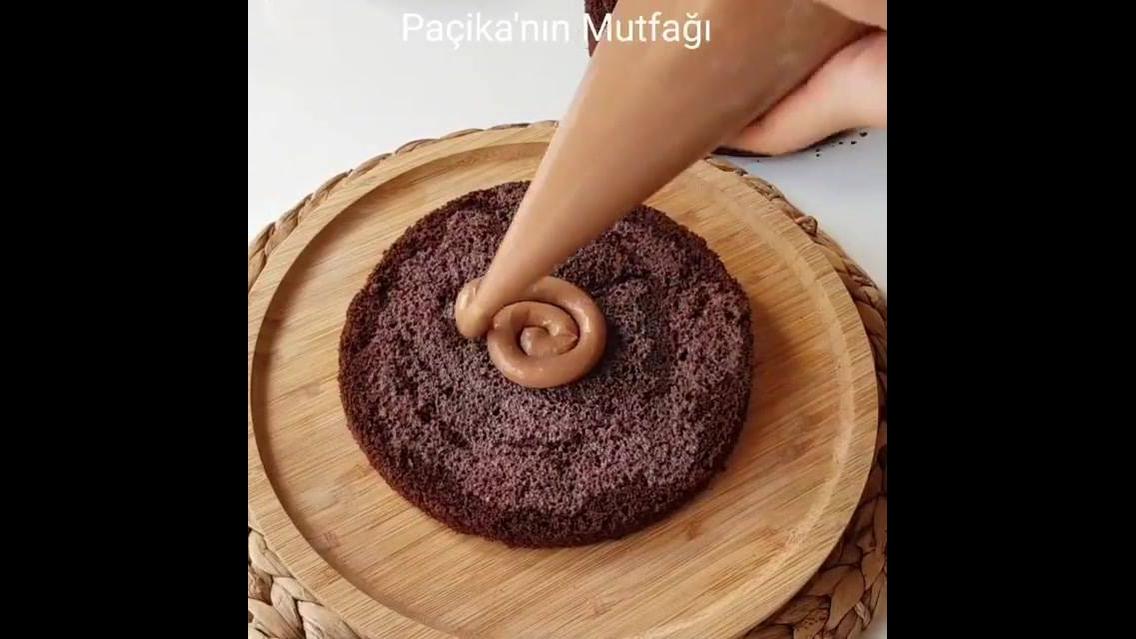 Bolo de chocolate com recheio de doce de leite e decoração exótica de chocolate
