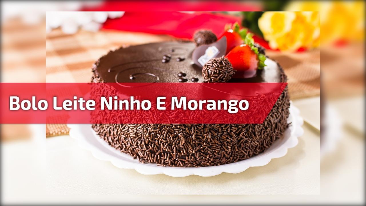 Bolo de chocolate com recheio de Ninho e morangos, delicioso!