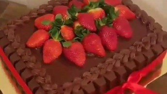Bolo De Chocolate, Com Tabletes De Chocolates Nas Laterais E Morangos Por Cima!