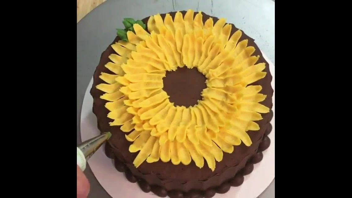 Bolo de chocolate com tema de Girassol