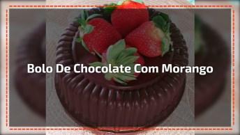 Bolo De Chocolate Com Três Camadas De Recheio De Creme Com Morangos!