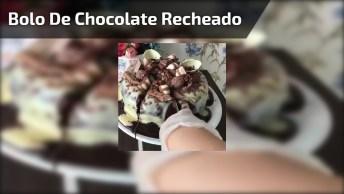 Bolo De Chocolate Recheado Com Creme, E Coberto Com Brigadeiro E Chocolates!