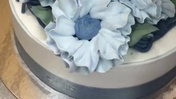 Bolo Decorado Com Faixas Azuis E Flores De Glace, Uma Maravilha De Inspiração!