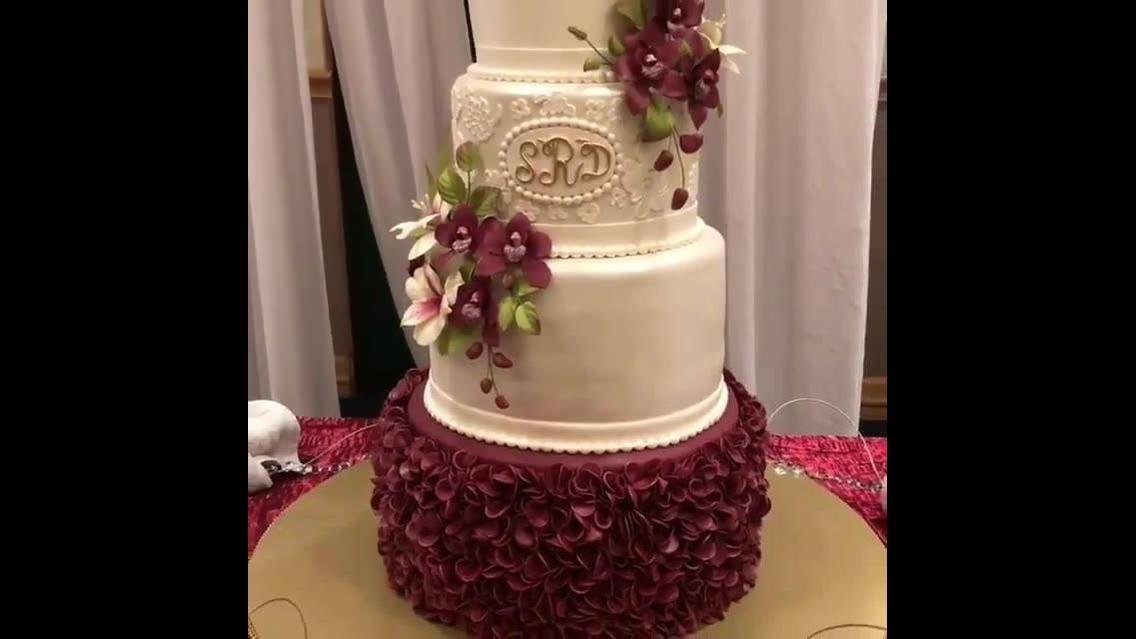 Bolo decorado com flores da cor vinho