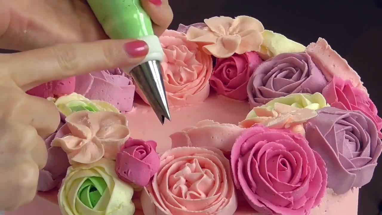 Bolo decorado com rosas de glacê