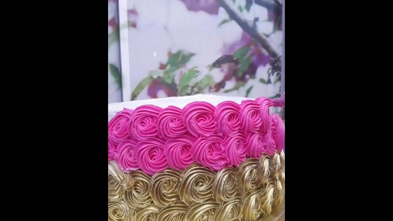 Bolo decorado de maneira bem fácil e fica lindo