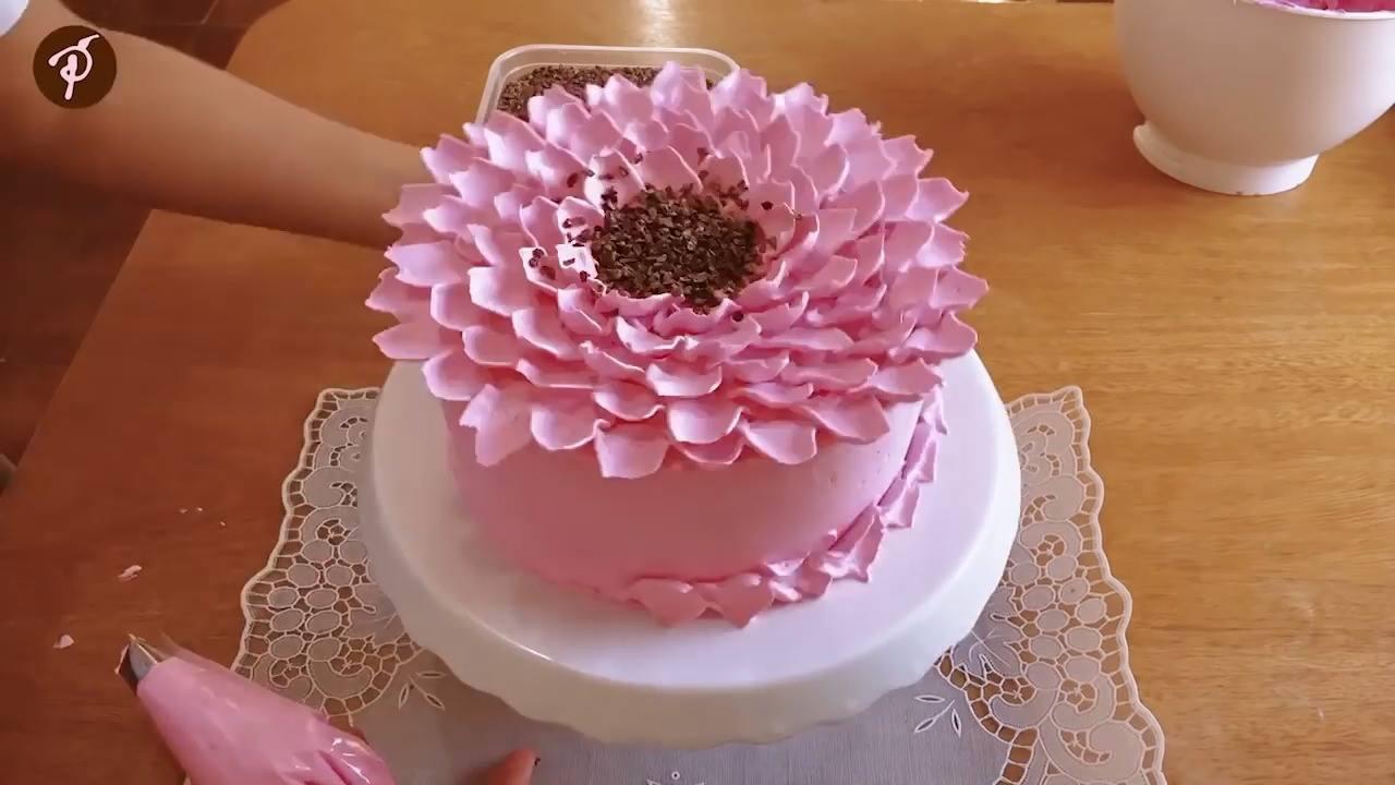 Bolo Decorado em formato de flor, veja como o resultado é lindo!