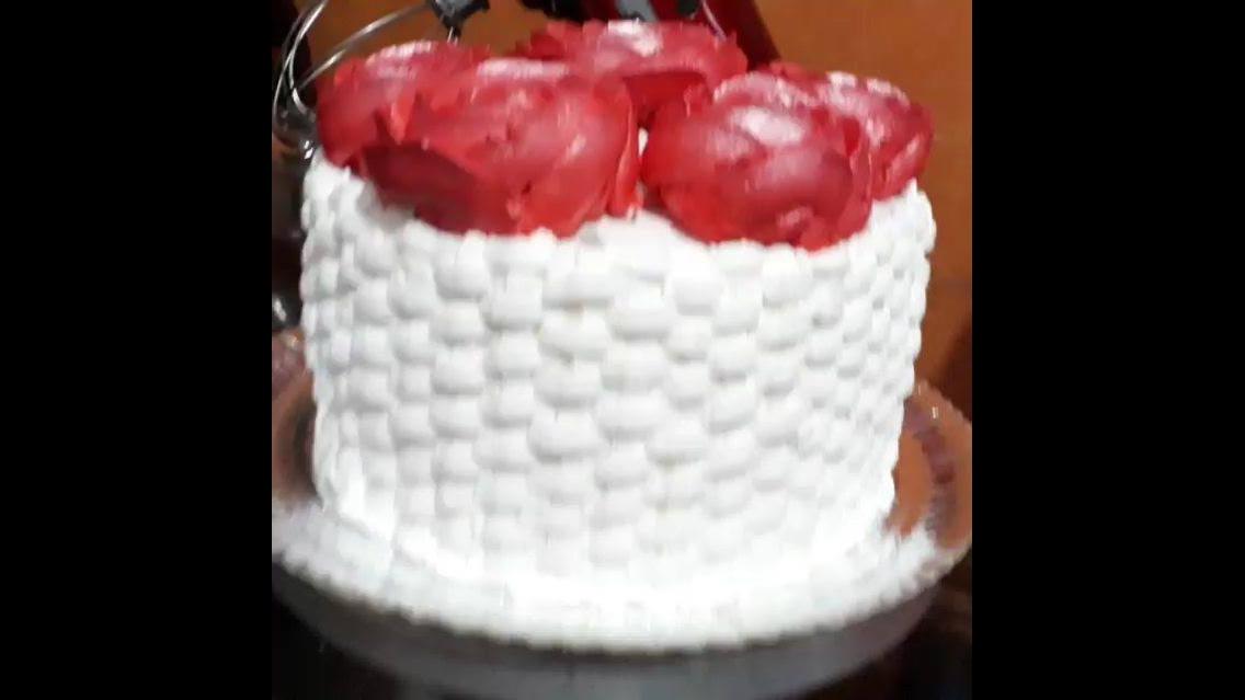 Bolo em formato de cesta de flores na cor branca