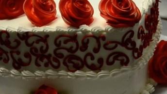Bolo Em Formato De Coração Com Detalhes Em Rosas Vermelhas, Lindo!
