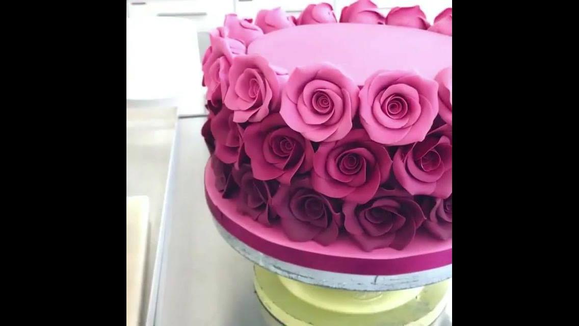 Bolo Rosa e com rosas em degradê