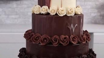Bolo Sendo Confeitado E Decorado Com Rosas De Chocolate, Simplesmente Perfeito!