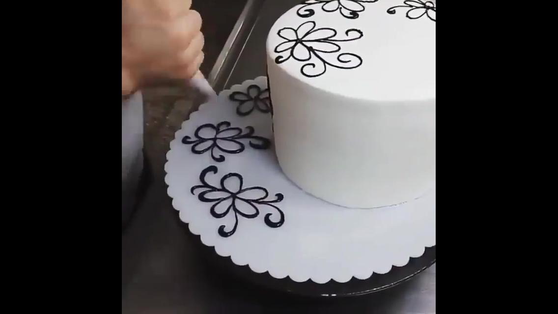 Bolo sendo decorado, olha só que técnica maravilhosa