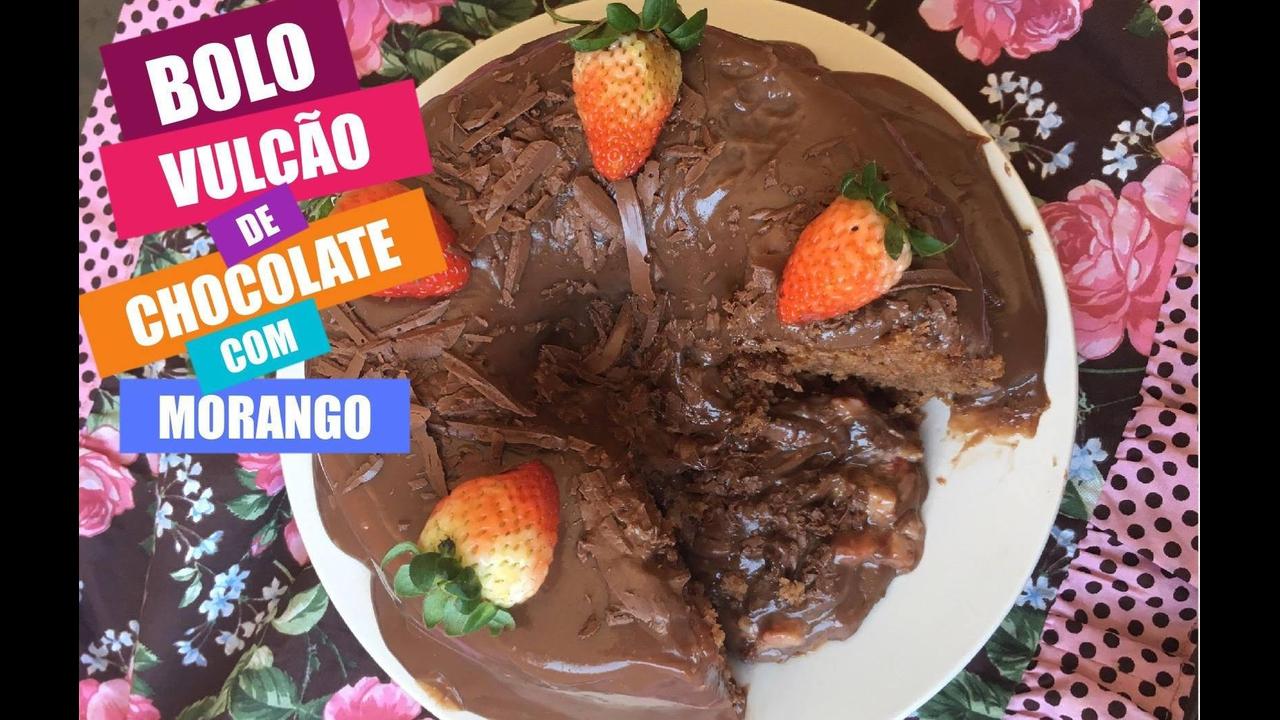 Bolo vulcão de chocolate com morango