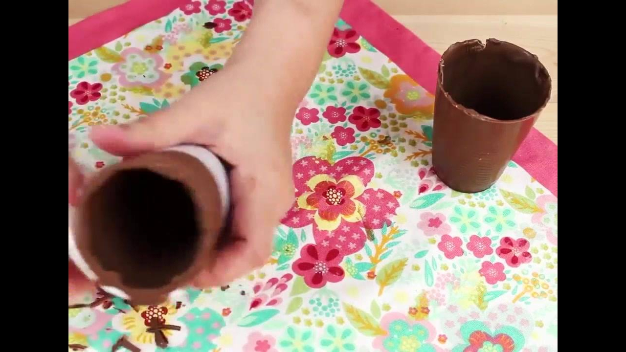 Caixa feita de chocolate com morangos decorados dentro