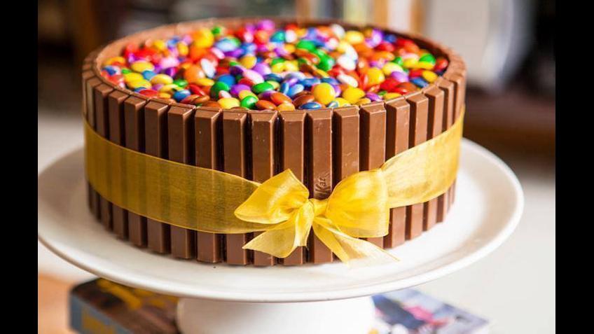 Como fazer aquele bolo com chocolates nas laterais