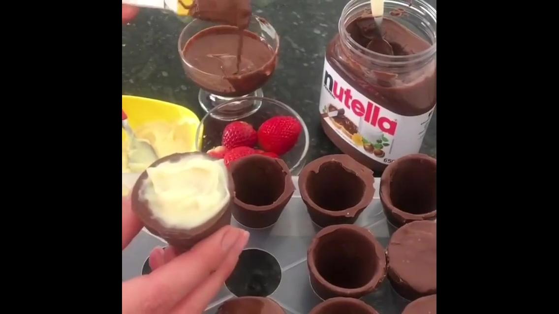 Copinhos de chocolate recheados com Nutella, creme e morango!
