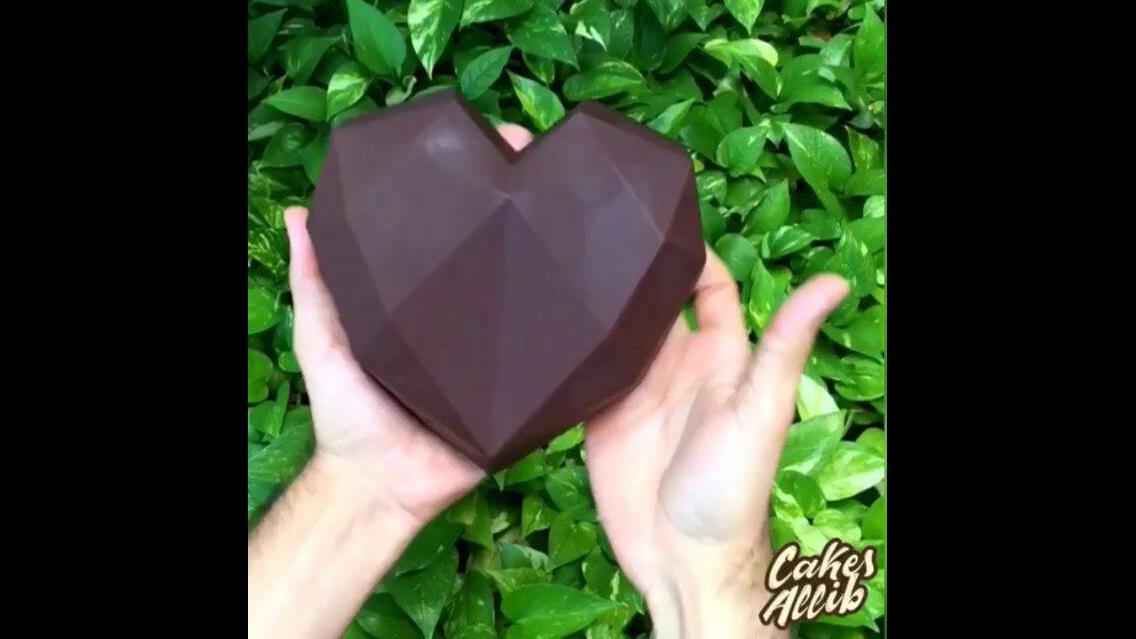 Coração de chocolate recheado, olha só que maravilha de doce!!!