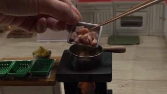 Cozinhando Em Cozinha Em Miniatura, É Muita Fofura E Habilidade!