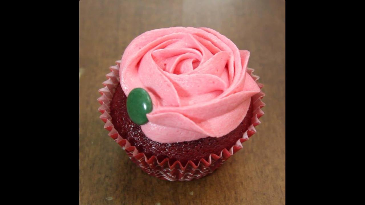 Cupcake decorado com Rosa, é fácil e é lindo, confira a receita!