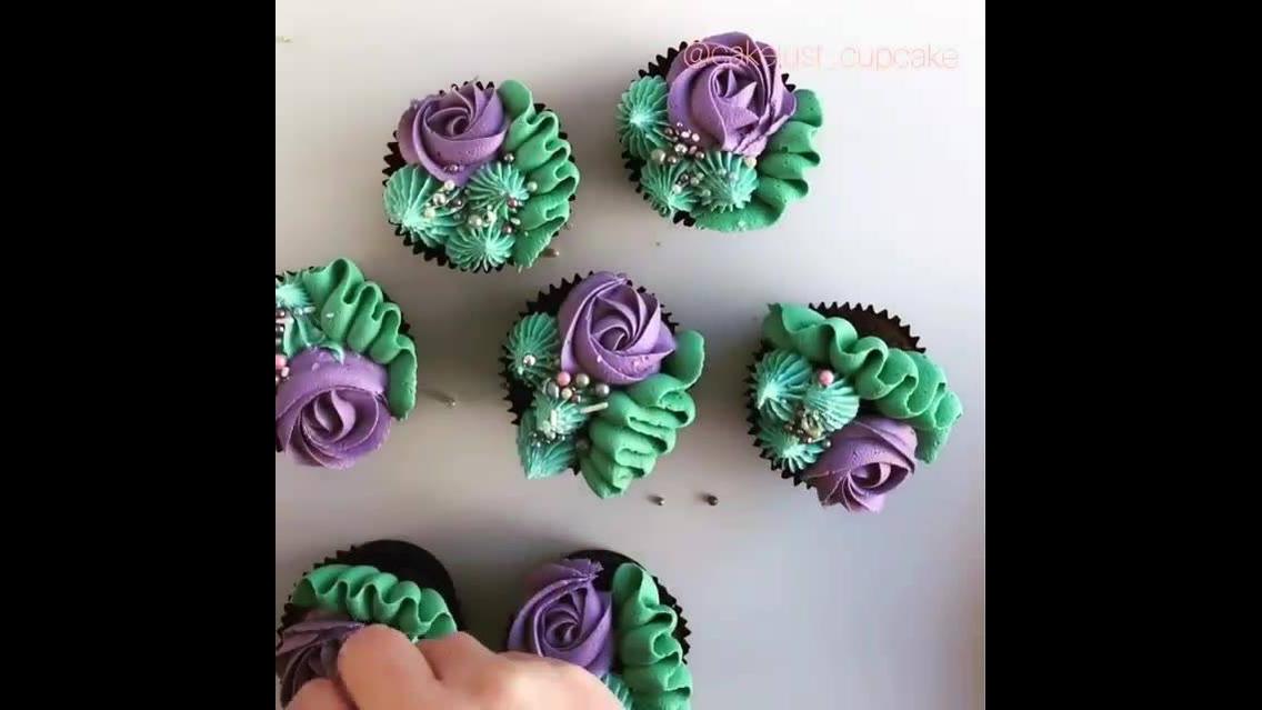 Cupcakes decorados com bicos de confeitar