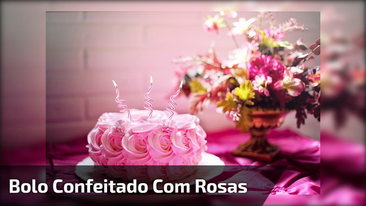 Bolo confeitado com rosas