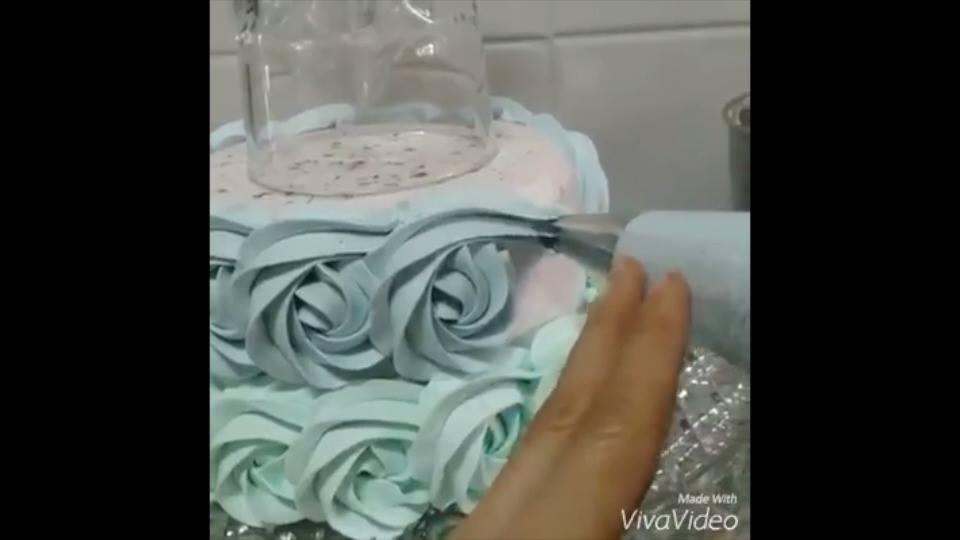 Decoração de bolo com formato de rosa
