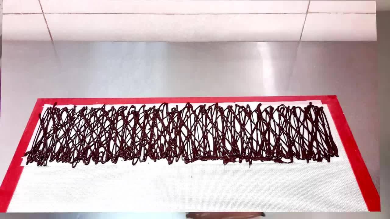 Decoração incrível para bolo feito com chocolate e trufas, que ideia!
