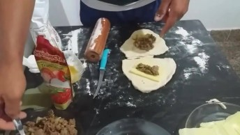 Enroladinho De Salsicha E Bacon Assado, Fica Muito Bom, Confira!