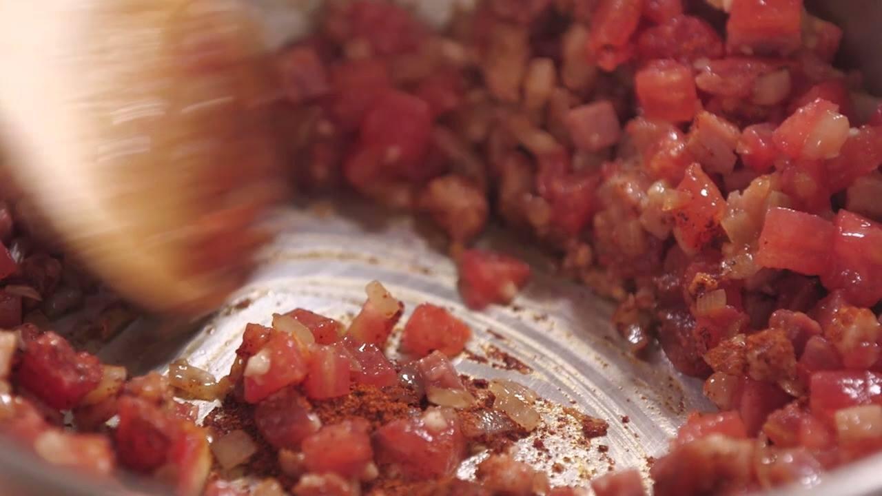 Feijão com Bacon, tomate e páprica