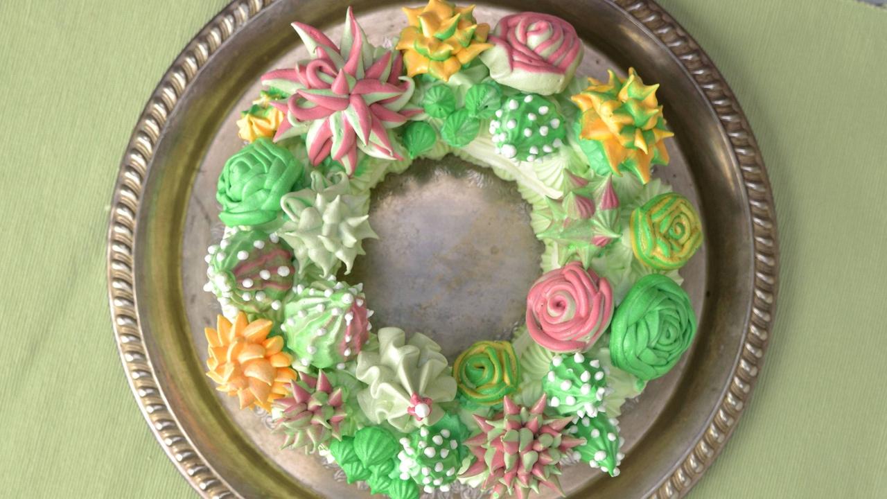 Guirlanda de flores feitas com creme de bolo
