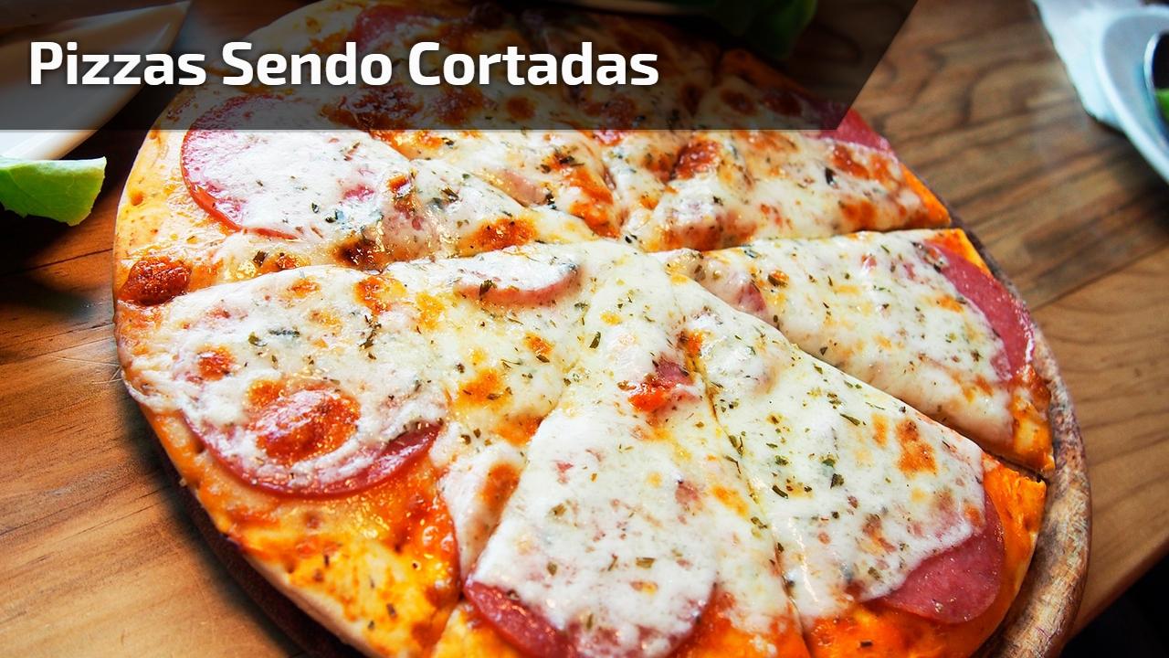 Pizzas sendo cortadas