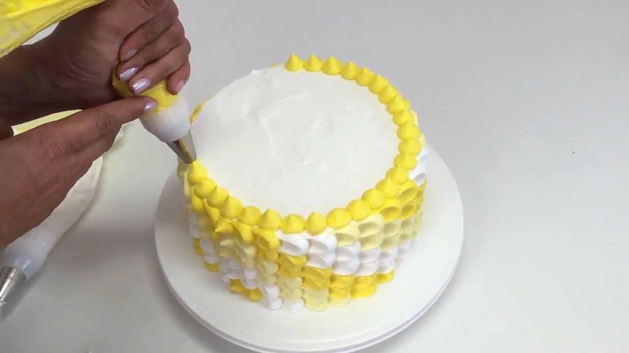 Inspiração de confeito de bolo nas cores amarelo e branco