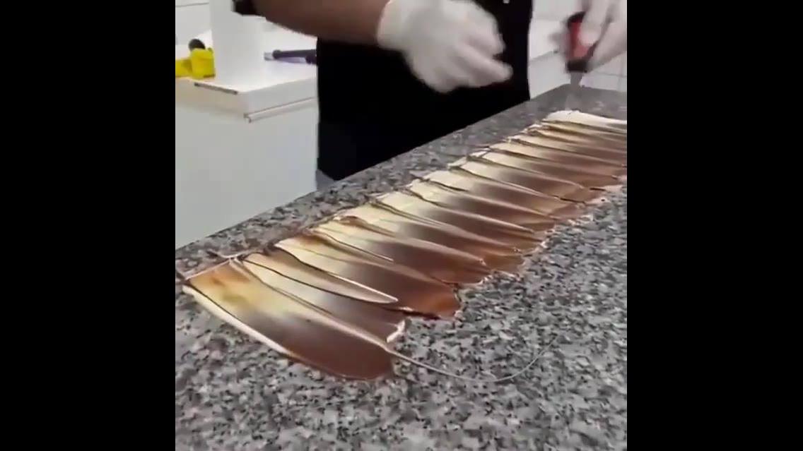 Inspiração de tira de chocolate preto e branco para decoração de bolo