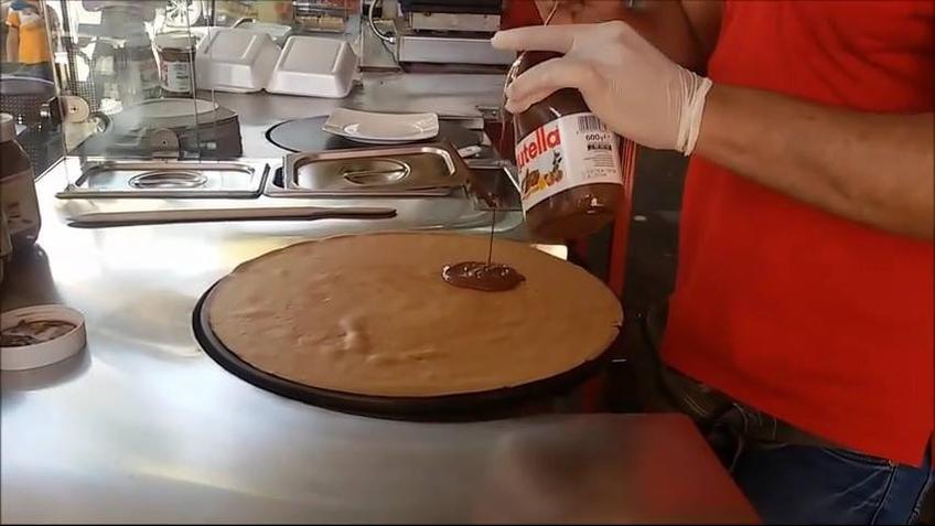 Panqueca com recheio de Nutella servida com bananas