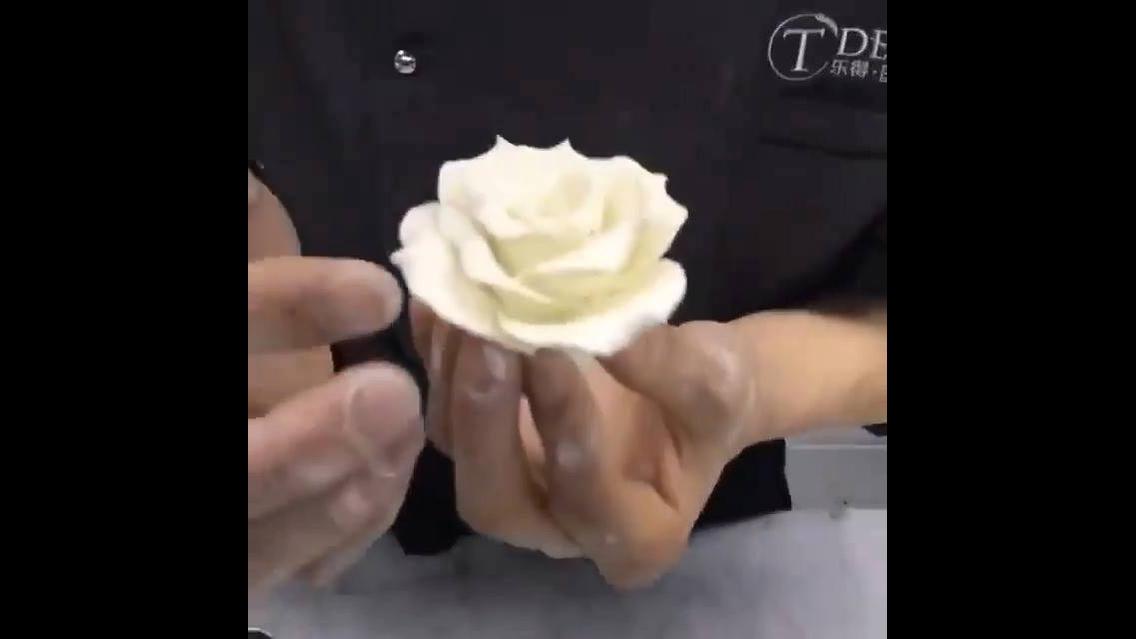 Passo a passo de uma rosa feita de pasta americana, fica linda!