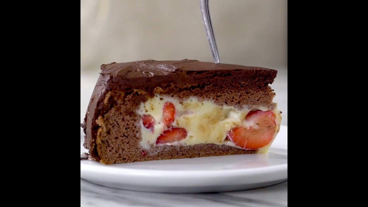Receita de bolo de chocolate recheado com creme e morangos