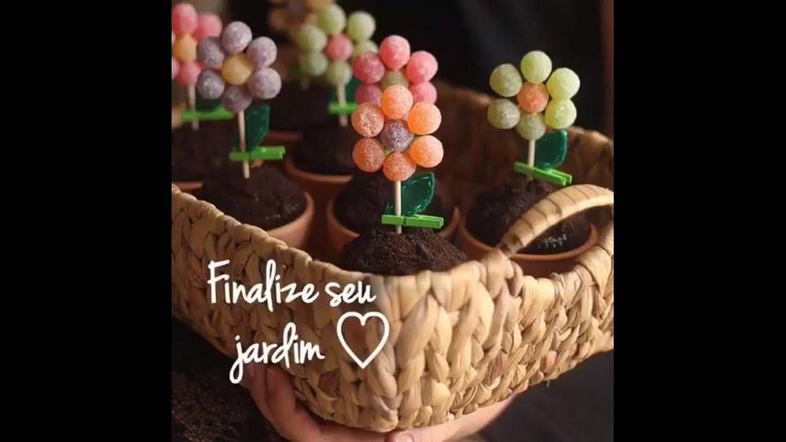 Receita de como fazer vasinhos de flor com muffins e balinhas de goma