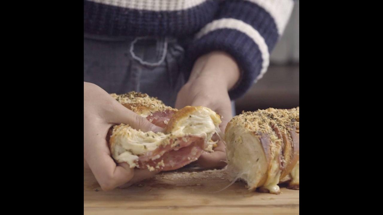 Receita de Hasselback, um pão recheado com mussarela e salame