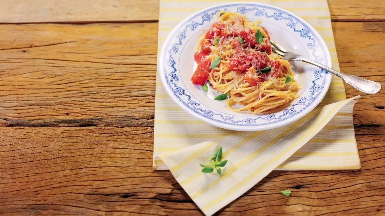 Receita de macarrão com molho de tomate picado super fácil e rápido de fazer