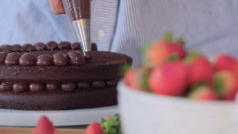 Receita Passo A Passo De Naked Cake Com Brigadeiros E Morangos, Uma Delicia!