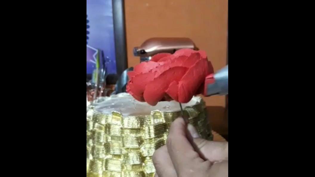 Rosas feitas de Glacê, uma ideia de bolo maravilhosa, confira!
