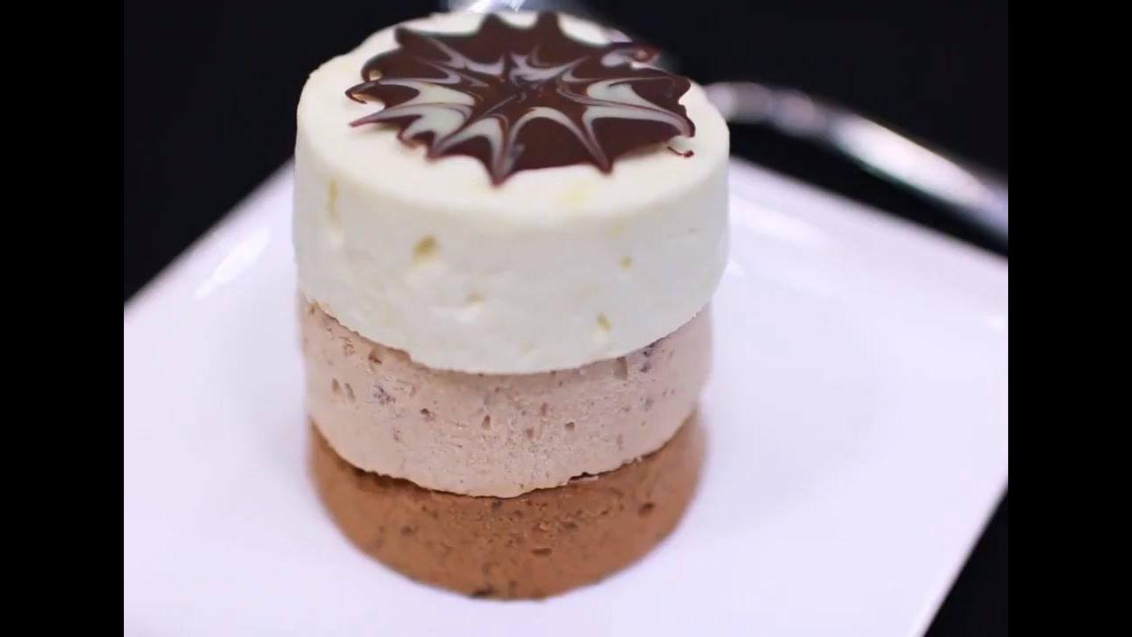 Sorvetes de chocolates, feitos em copinhos descartáveis