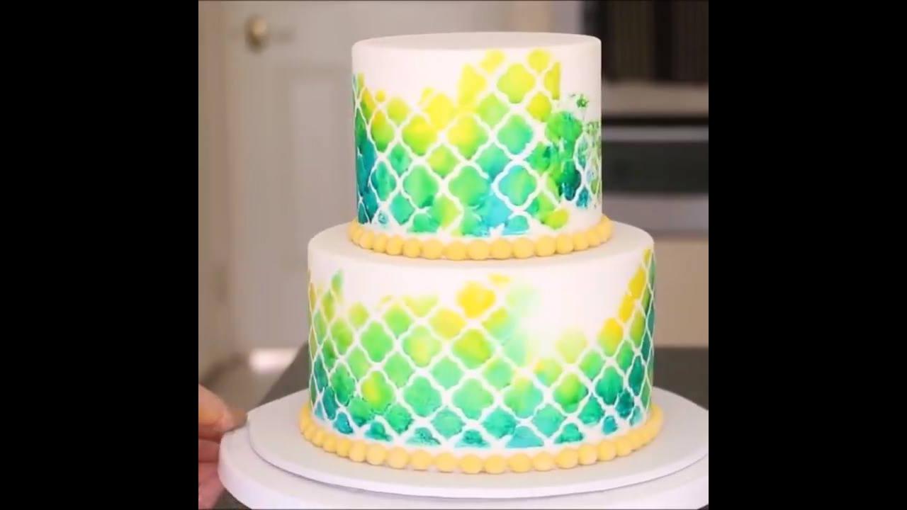 Técnica para pintar um bolo feito com pasta americana