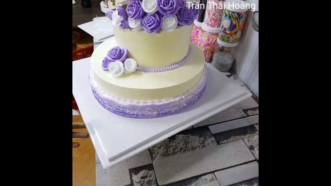 Vídeo com bolo de casamento com rosas em cor lilás maravilhoso