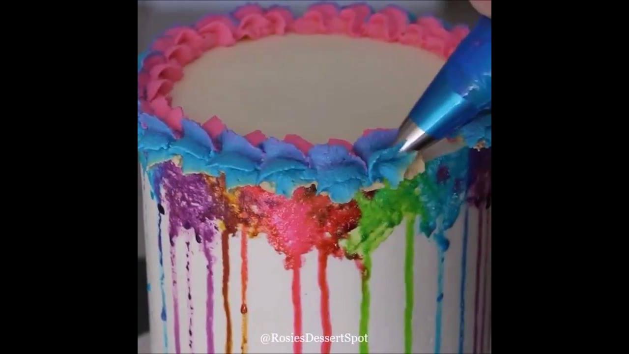 Vídeo com vários bolos sendo confeitado