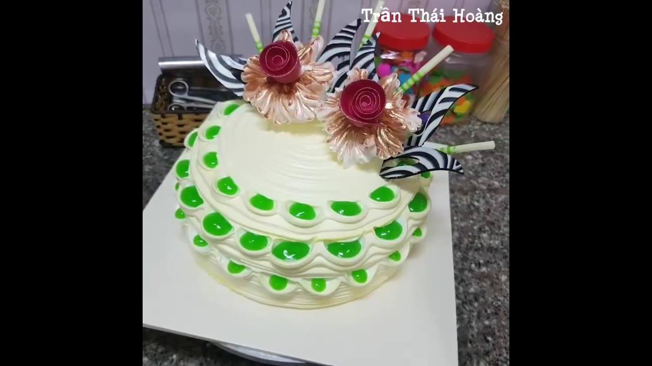 Vídeo de bolo sendo confeitado