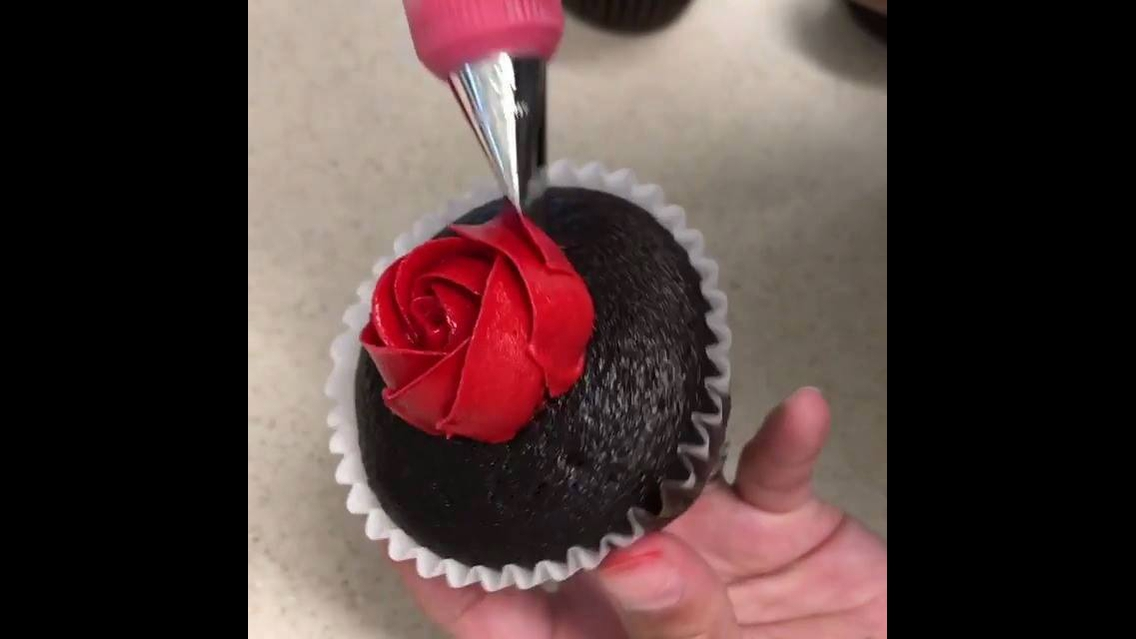 Vídeo ensinando a confeitar cupcake com formato de rosa, veja que linda!!!
